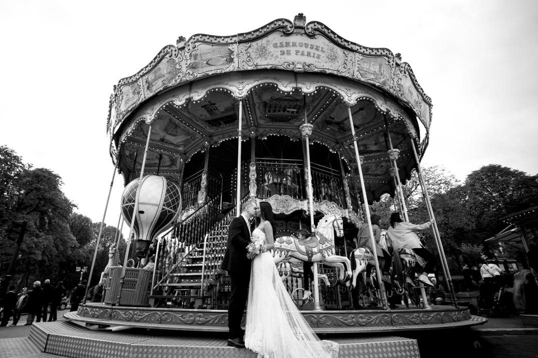 sessao de fotos de noivos em carrossel de paris