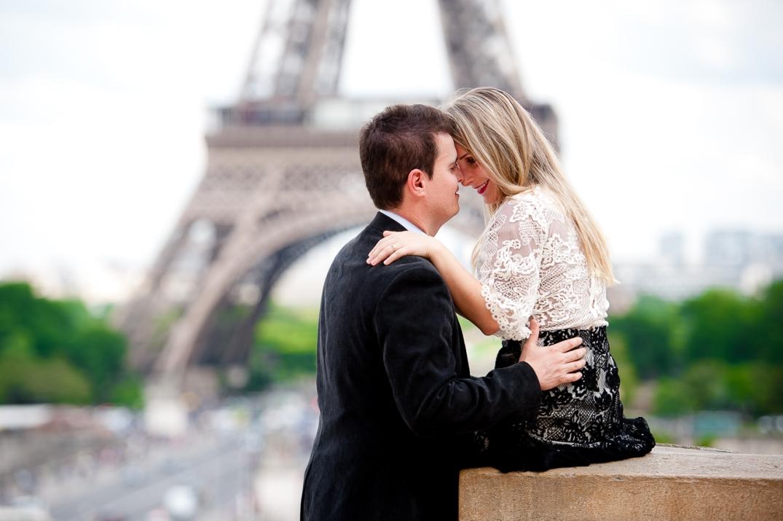 ensaio de fotos romantico na torre eiffel