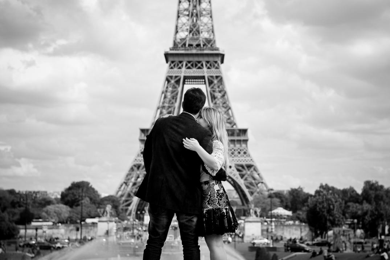 sessao fotografica romantica na torre eiffel