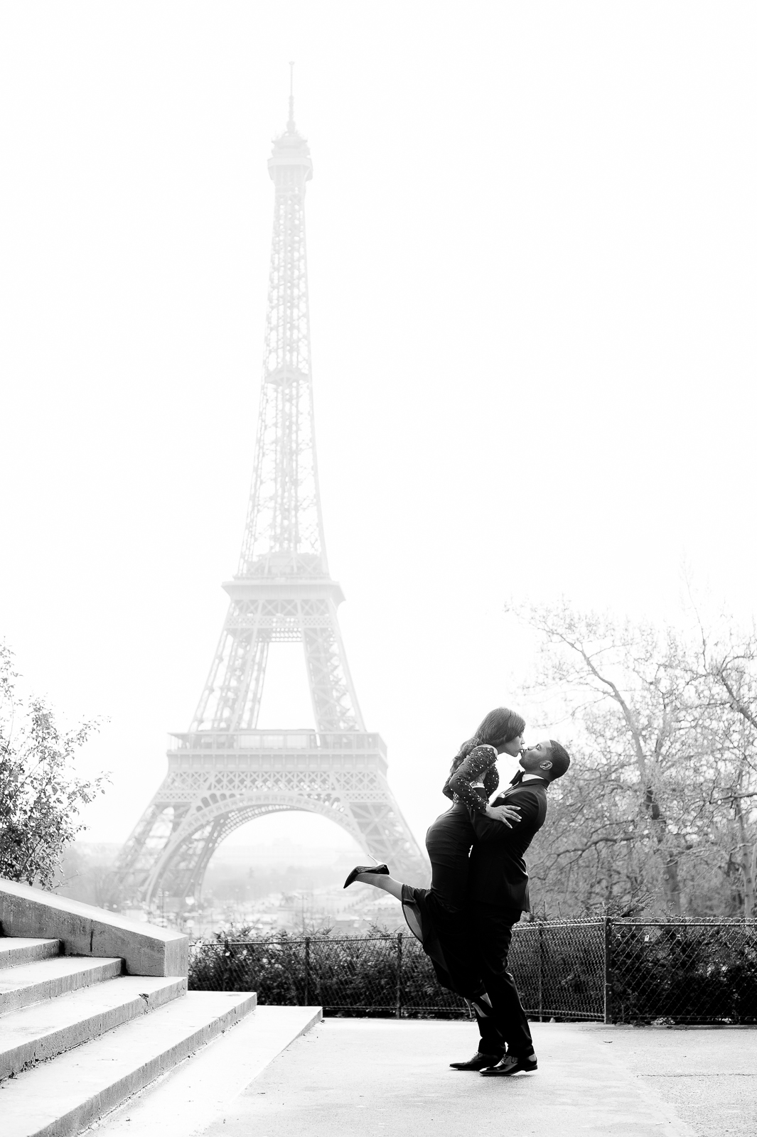 engagement photoshoot in paris eiffel tour