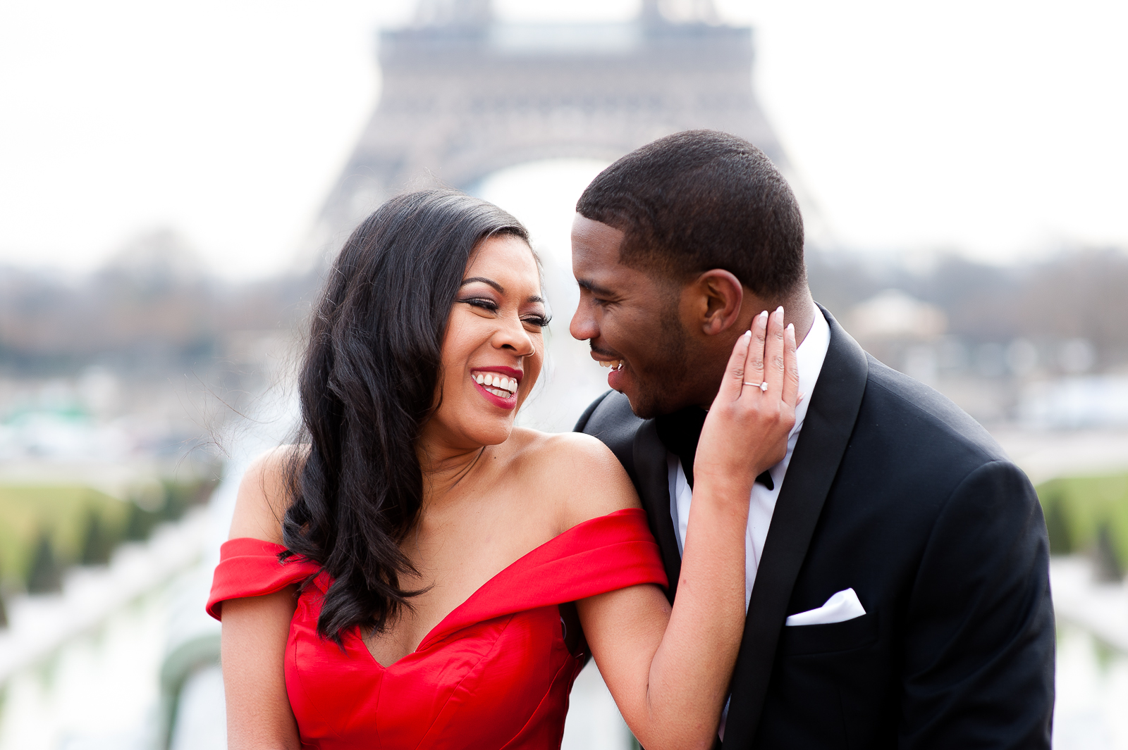 engagement photoshoot in paris eiffel tour